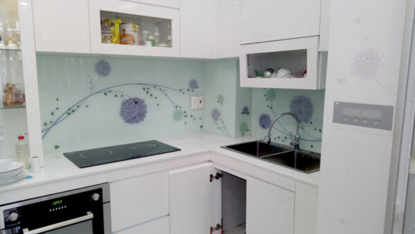 Thi công kính ốp bếp