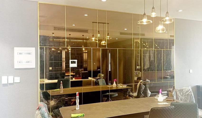 Gương trang trí phòng khách màu trà
