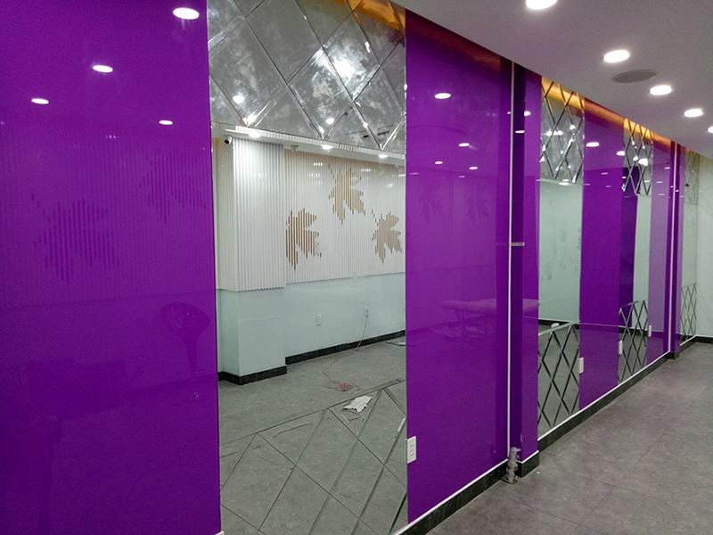 Kính thủy trắng kết hợp với kính sơn tạo vách tường trang trí